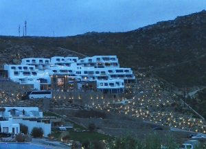 ערב יורד על המלונות והאורות נדלקים